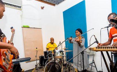 """Taarap"" and Zanzibar's DJ in hijab"